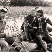 Pamiątkowa fotografia z obozu szkoleniowego płetwonurków NKBP w Olsztynie, który odbył się w 1962 roku nad Jeziorem Narie. Kolega Stefan Wysocki ze strzelonym legalnie okazem szczupaka. Ryby na obozach NKBP stanowiły ważną pozycję w menu obozowej kuchni. Fot. z archiwum Stefana Wysockiego